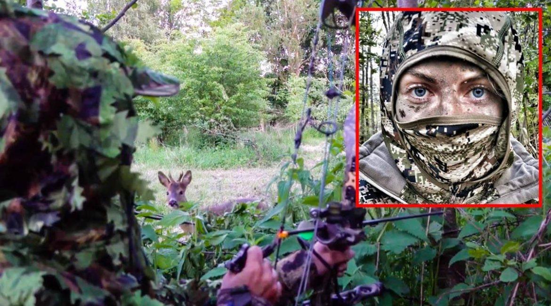 Un corzo mordisquea un arbusto sin saber que en realidad es una cazadora camuflada