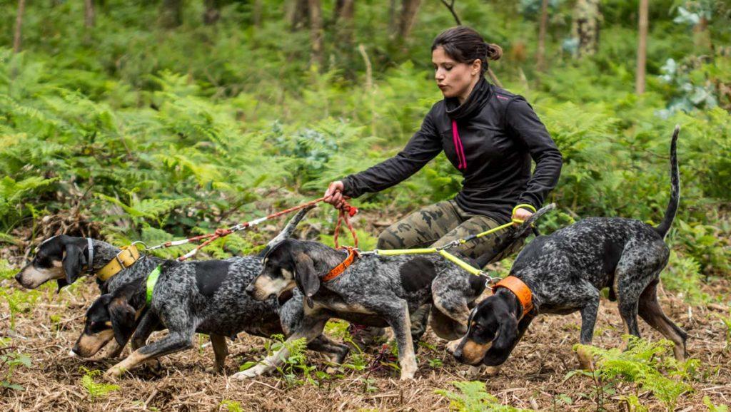 Otra foto de Elisa con sus perros atraillados. /Sara Paniagua