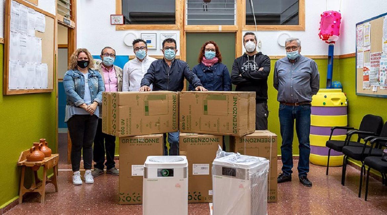 Cazadores andaluces compran purificadores de aire para combatir el COVID-19 en un colegio