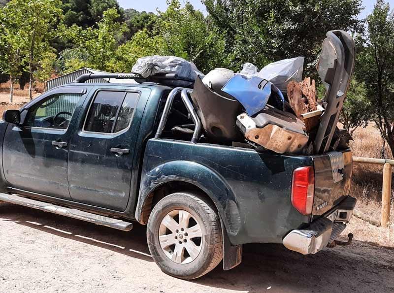 Más basura cargada en el coche de un cazador.