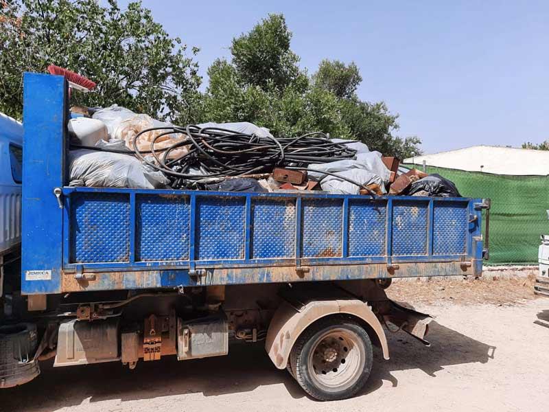 Camión cargado de basura retirada por los cazadores.