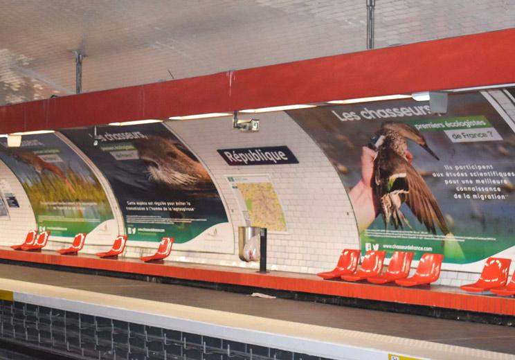 Imagen de una estación del metro de París con la campaña de comunicación de los cazadores franceses. /Facebook