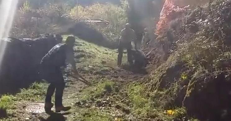 Momento en el que uno de los cazadores coge unas tenazas para partir el lazo. / Facebook