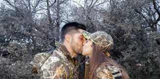 pareja de cazadores besándose