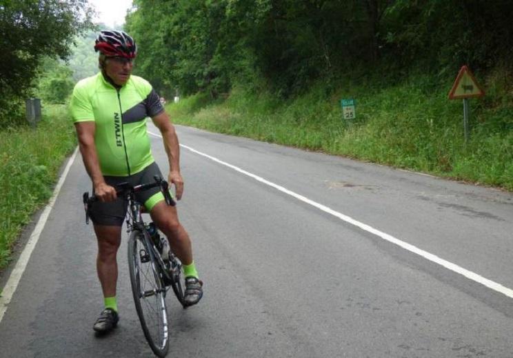 Un ciclista asturiano de 64 años en estado grave tras atropellar a un corzo