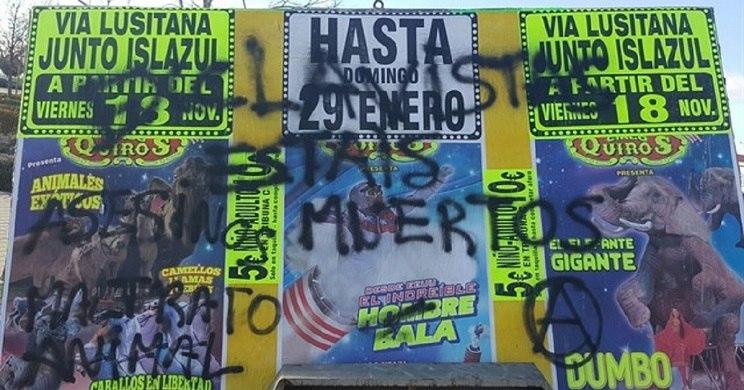 """Pintadas en las que se puede leer: """"Esclavistas estáis muertos"""". / Circo Quirós"""
