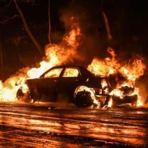 Un conductor se estrella y su coche se incendia por culpa de un jabalí