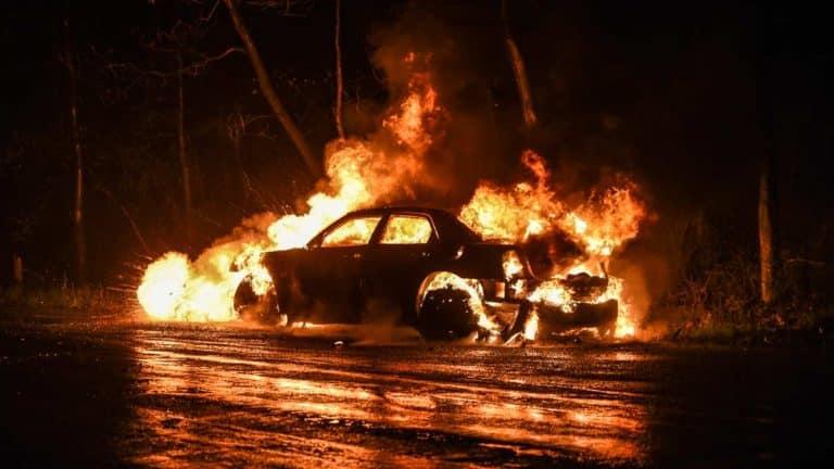 Coche ardiendo en una imagen de archivo. ©Shutterstock