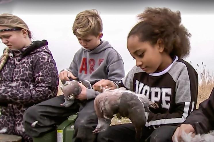 Este colegio enseña a sus alumnos a cazar, desollar y cocinar su propia comida
