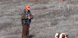 un cazado utiliza el collar electrico durante el entrenamiento de su perro