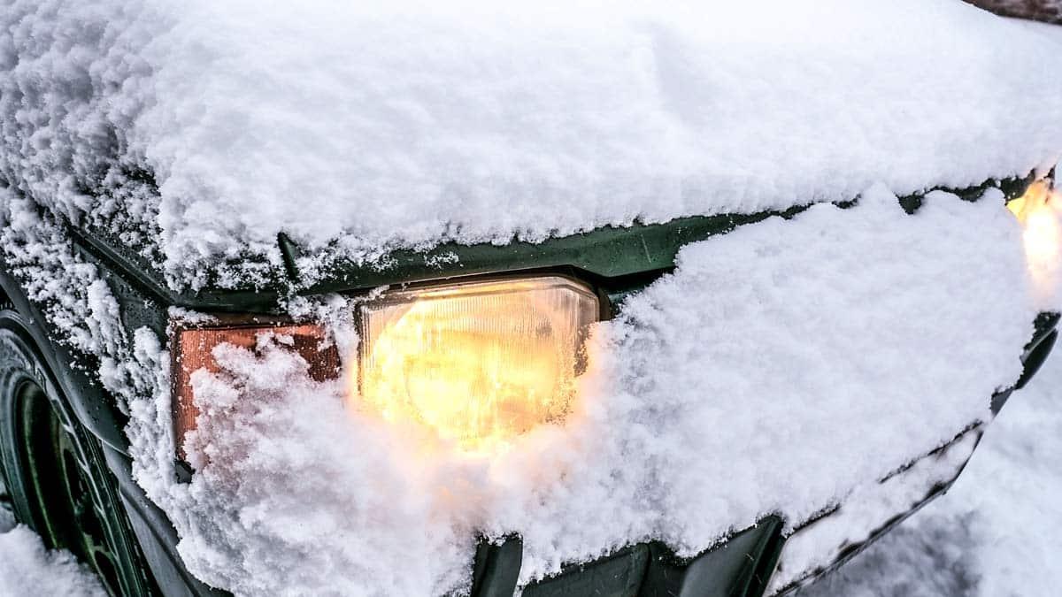 Cómo sobrevivir en un coche atrapado en la nieve