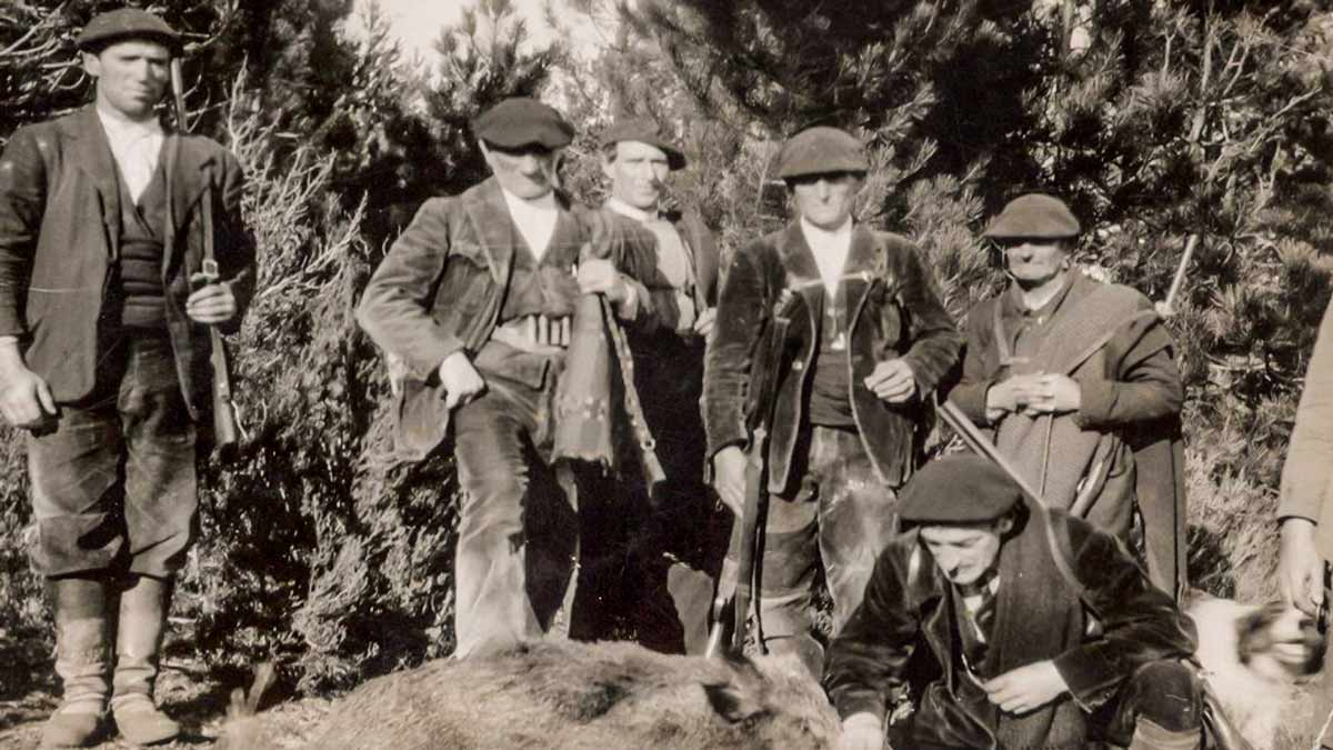 Un grupo de cazadores con un jabalí a mediados del pasado siglo.