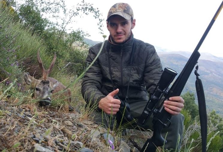 Un joven caza un raro corzo 'unicornio' con un trofeo en forma de Y