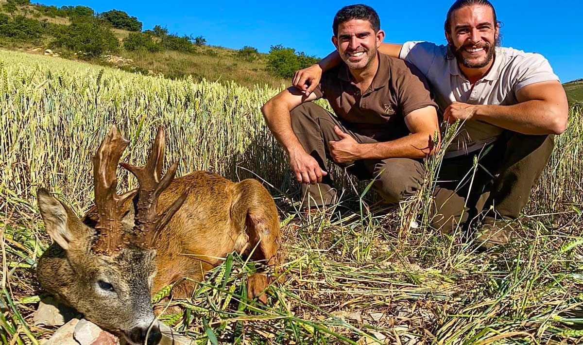 Estrenan coto y logran cazar este tremendo corzo de nueve puntas