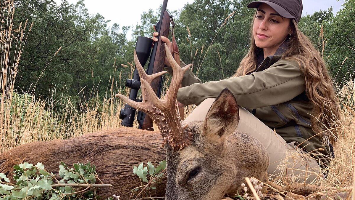 Esta cazadora abate un corzo encelado con una cuerna 'perfecta'