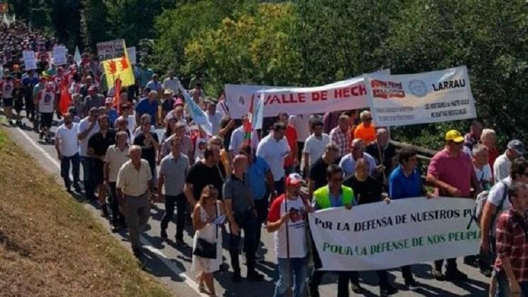 Histórica manifestación de la España vaciada contra la presencia del oso y del lobo en el Pirineo