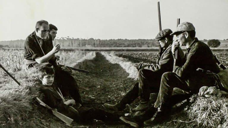 Miguel Delibes Setién con su cuadrilla durante una pausa en una de las cacerías en Villanueva de Duero (Valladolid) (1964).