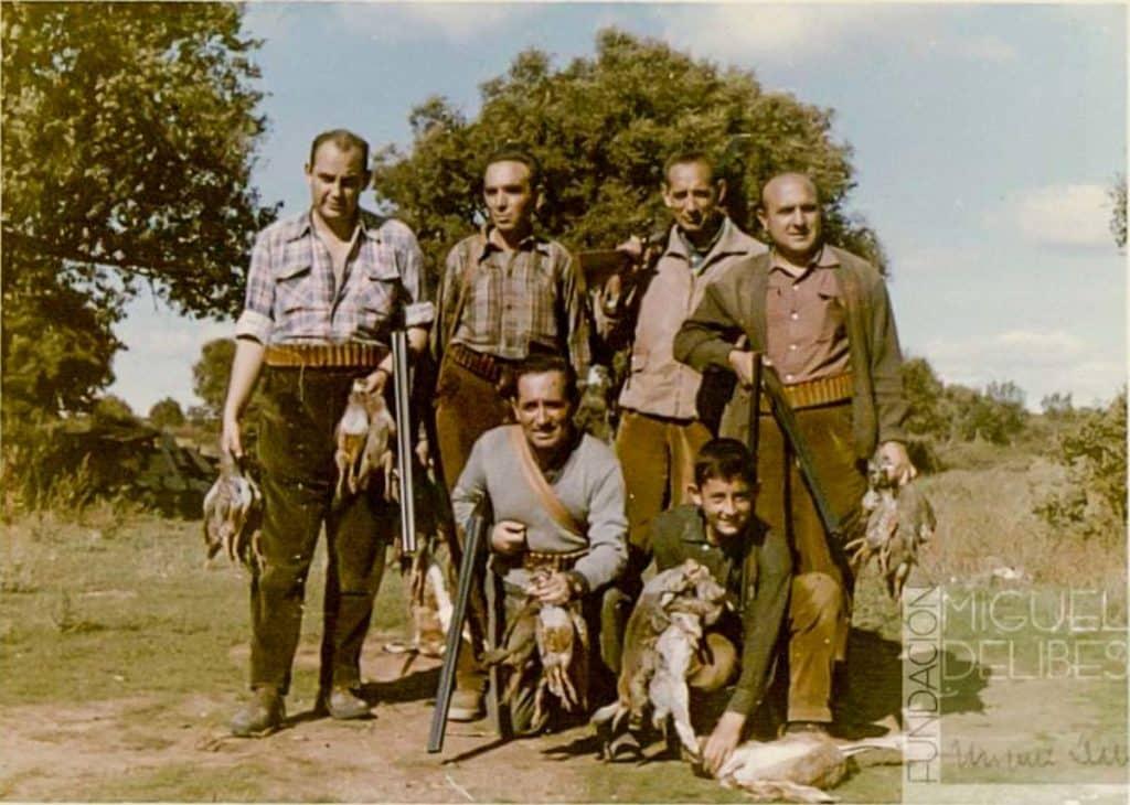 Miguel Delibes Setién junto a su hermano Manuel Delibes Setién, su hijo Miguel Delibes de Castro y Antonio Merino, entre otros, tras una jornada de caza en el Monte Morejón (Zamora) (1961).