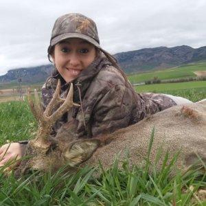 Una joven caza tres corzos en su primer fin de semana tras ellos