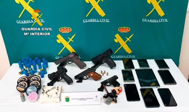 Imagen de varias armas y material incautados. /GC