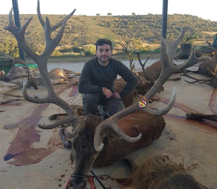 Un joven de 23 años abate un ciervo de 18 puntas el día que estrenaba rifle