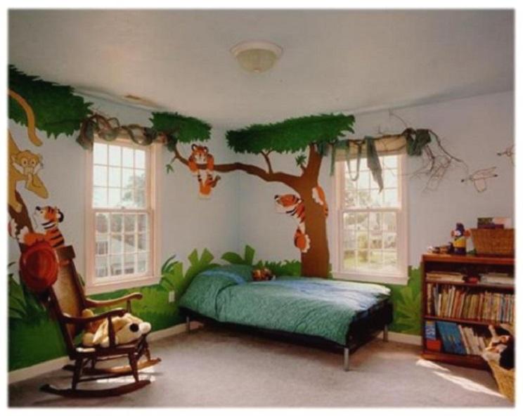 edredón con un estampado de plantas y árboles