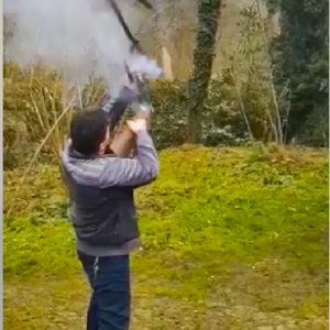 Esto es lo que pasa cuando un arma te explota entre las manos