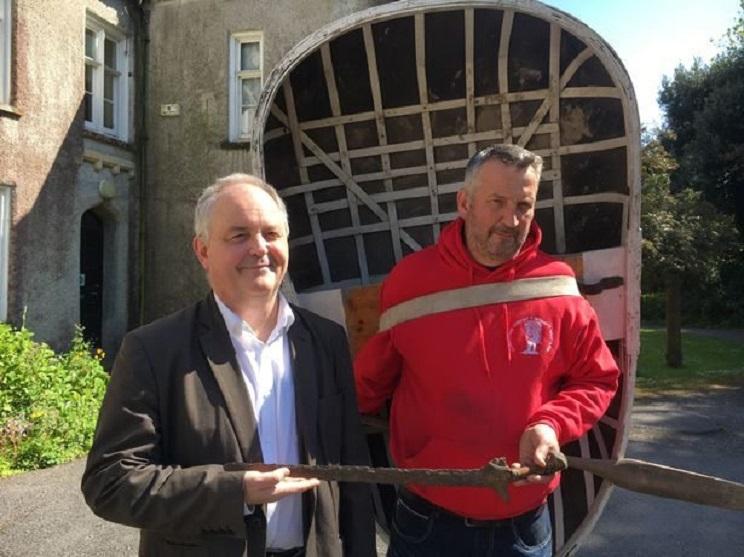 El pescador, Andrew Davies, junto al experto restaurador. / Wales Online