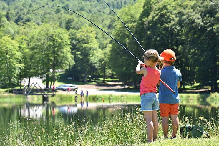 Dos niños pescan carpas, una especie que no está en el listado de especies invasoras preocupantes.