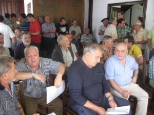 Asistentes a la subasta celebrada a mediodía de ayer en el salón de plenos del Ayuntamiento de Etxalar. / Foto: N.G.