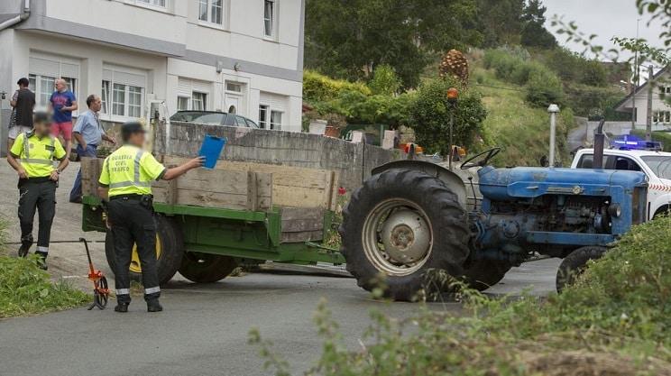 Una anciana muere tras volcar el tractor que conducía en Galicia