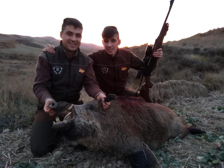 Dos jóvenes hermanos que iban a cazar corzas abaten un magnífico jabalí en Burgos