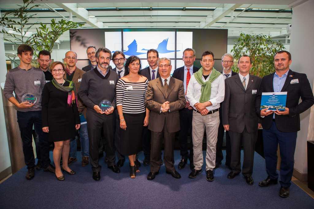 Fernando Ballesteros y Guillermo Palomero (4º y 6º por la izquierda), junto al Comisario de Medio Ambiente de la Comisión Europea (en el centro) y los restantes premiados.