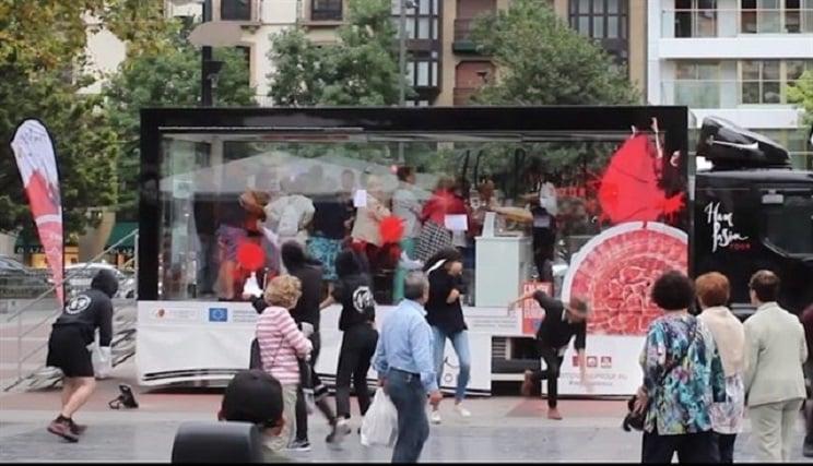 Animalistas atacan un camión que promocionaba el consumo de jamón en San Sebastián