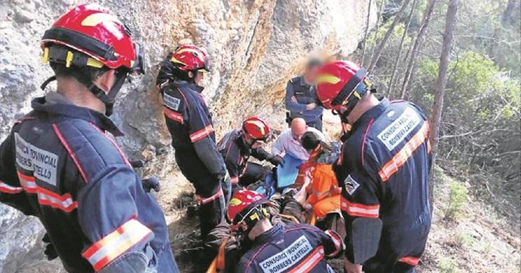 Bomberos, Seprona y personal sanitario participando en el rescate del herido./ El Periódico Mediterráneo