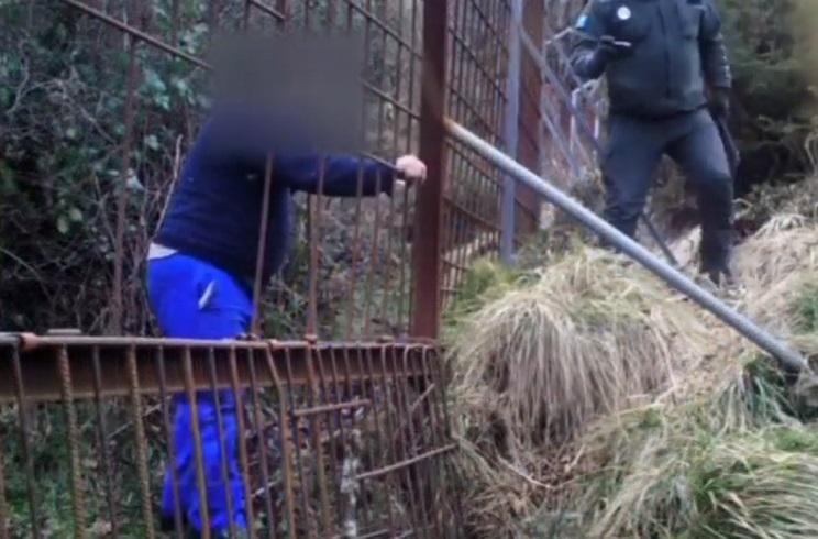 Agentes medioambientales pillan in fraganti a un furtivo retirando un lazo