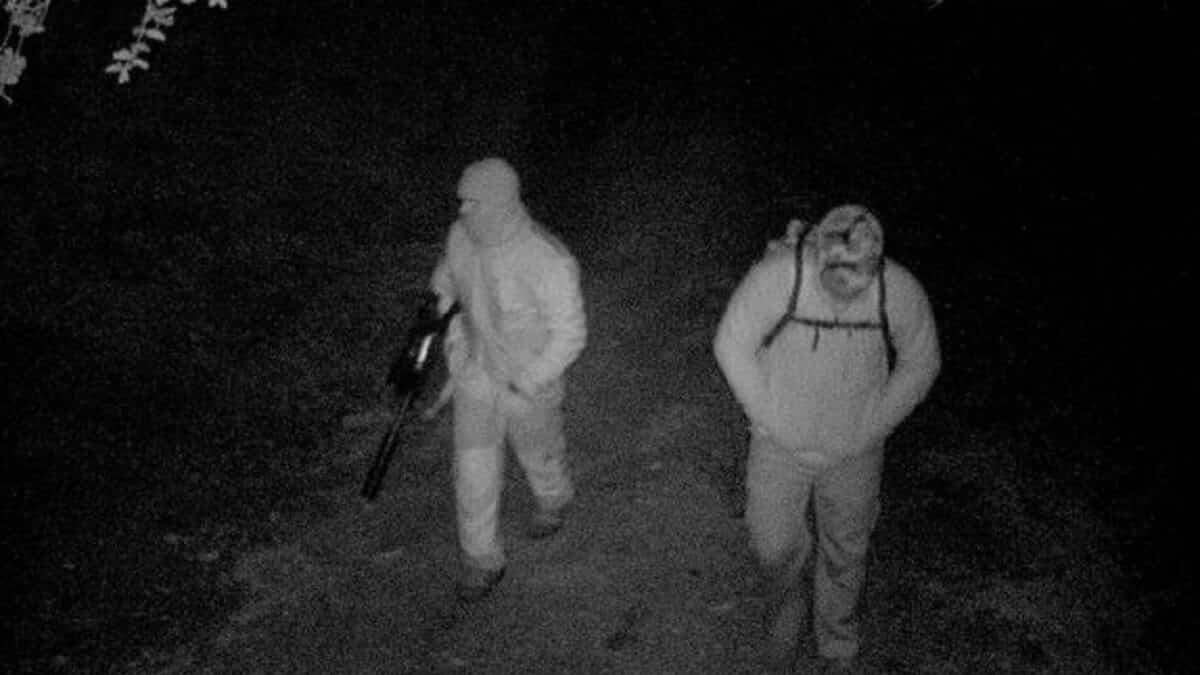 Un furtivo forcejea con el Guardia Civil que lo atrapó mientras su compañero huye