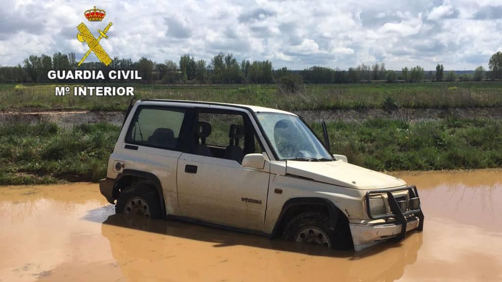 Imagen el coche de los furtivos atrapado en el barro. / Guardia Civil