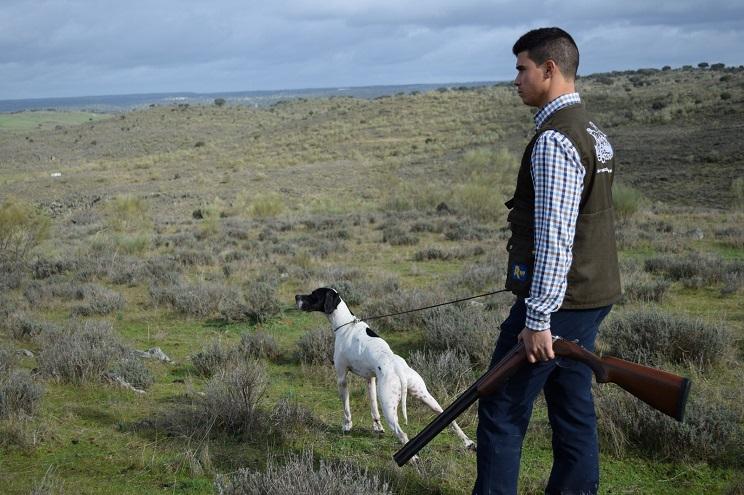 José Manuel Mora con su perro. / FEDEXCAZA.