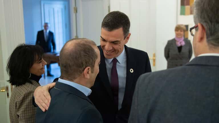 Pedro Sánchez en una de sus varias reuniones con los grupos ecologistas.