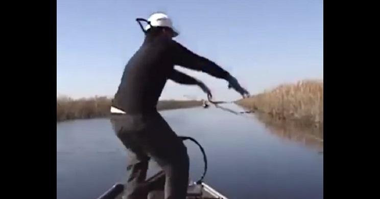 Este pescador obtiene una picada y comete este desternillante error