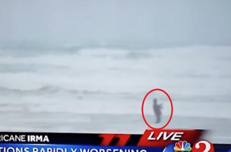 Graban a un hombre pescando en una playa durante el paso del huracán Irma