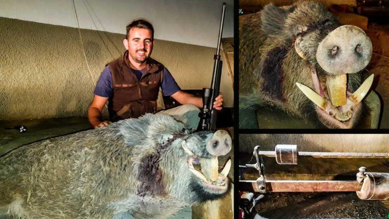 El cazador con el jabalí de 145 kilos. @JyS