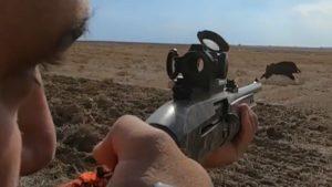 El disparo de este cazador a un jabalí es, sencillamente, perfecto