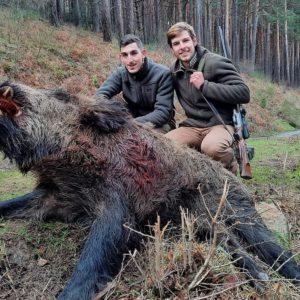 Un cazador tira a un jabalí herido por su amigo y se queda sin balas