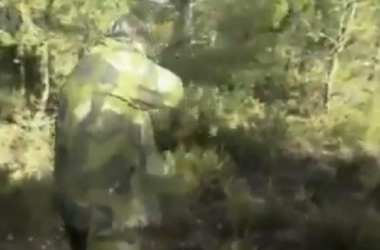 Un jabalí salta de la espesura derecho a por este cazador