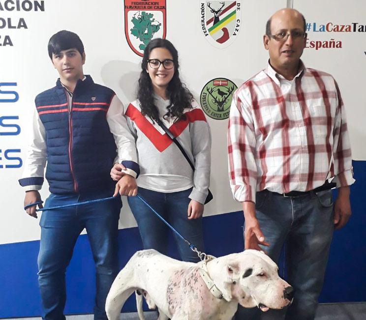 José Luis Rosado, a la derecha, durante su visita a Cinegética, donde acudió con el único perro que resultó herido en el accidente. /RFEC
