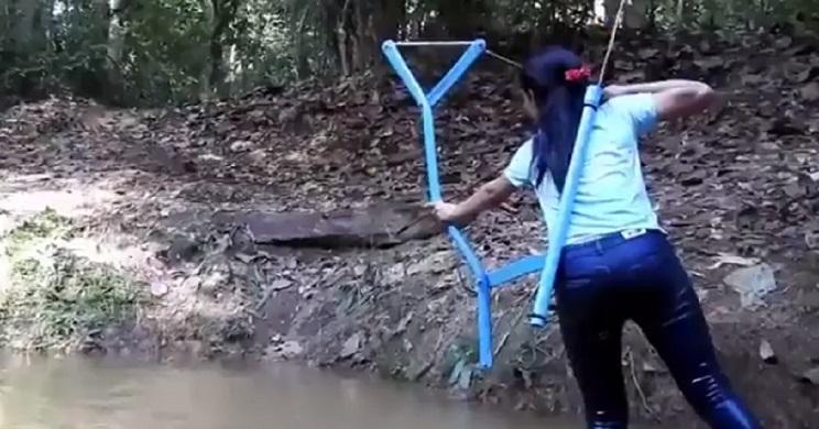 Esta chica humilde fabrica su propio arco ¡y caza con él!