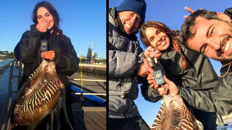 La joven, con su padre, su pareja y el choco recién pescado. © JyS