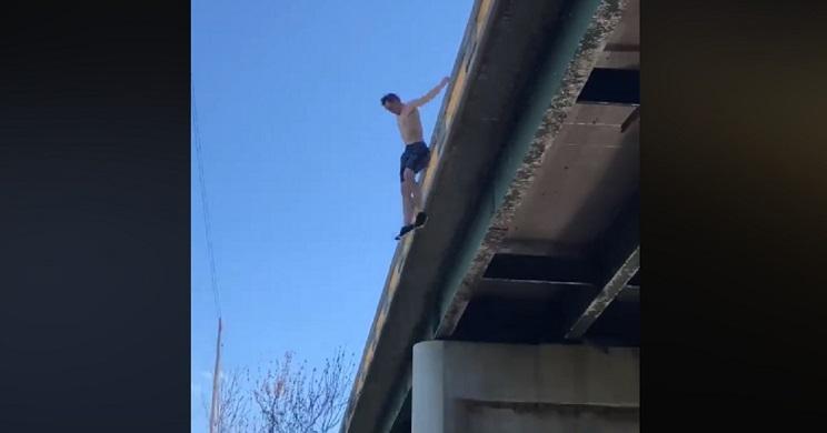 Mira con qué regresa este joven después de lanzarse a un río desde este puente